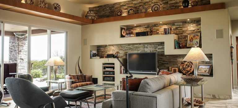 moderne woonkamer met enkele designmeubels, waaronder designstoelen, een designtafel en decoratie.